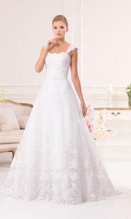 Свадебное платье «принцесса» с романтичной кружевной отделкой и изящными бретелями.