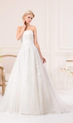 Романтичное свадебное платье «принцесса» с кружевными аппликациями и открытым лифом.