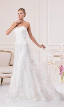 Нежное свадебное платье с полупрозрачной верхней юбкой и стильным открытым декольте.