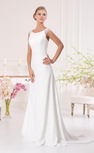 Женственное свадебное платье прямого силуэта с округлым декольте и полупрозрачными бретелями.