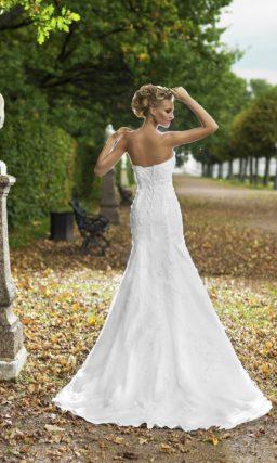 Чувственное свадебное платье «русалка» с лаконичным лифом и фактурным декором по корсету.