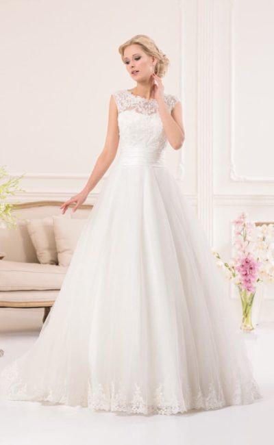 Романтичное свадебное платье пышного кроя с широким атласным поясом и кружевным лифом.