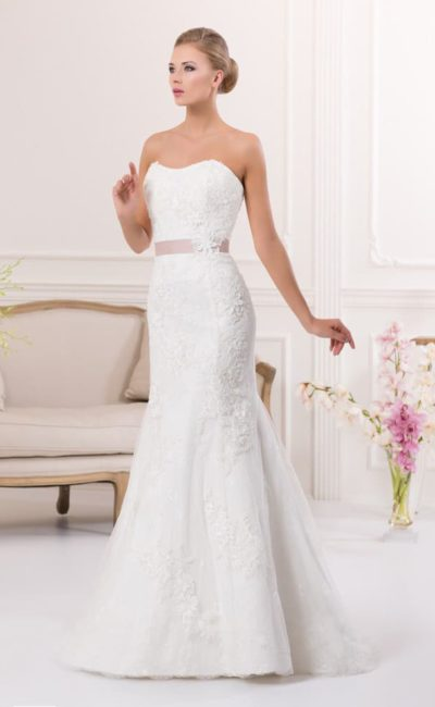 Открытое свадебное платье «рыбка» с цветным атласным поясом и женственным декольте.