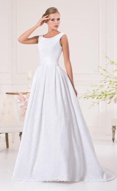Утонченное свадебное платье пышного кроя с гипюровой отделкой и женственным вырезом.