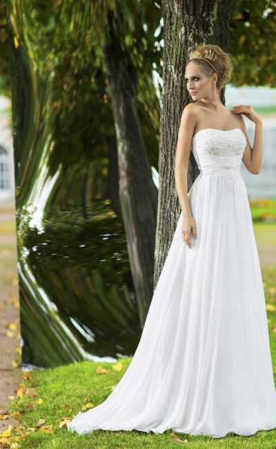 Лаконичное свадебное платье прямого кроя с открытым кружевным лифом и драпировками на талии.
