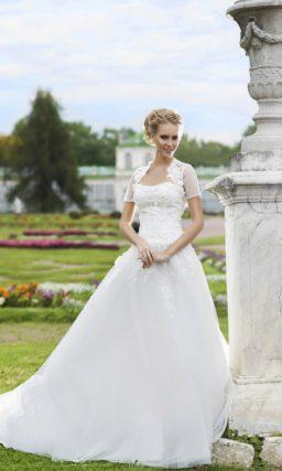 Пышное свадебное платье с открытым фактурным корсетом и полупрозрачным болеро с коротким рукавом.