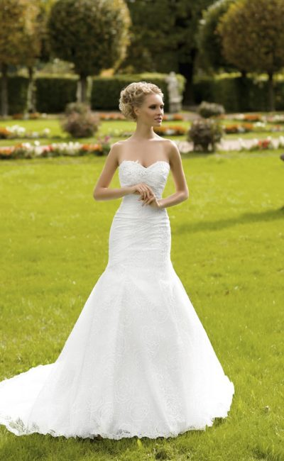 Торжественное свадебное платье «русалка» из фактурной ткани с лифом в форме сердечка.