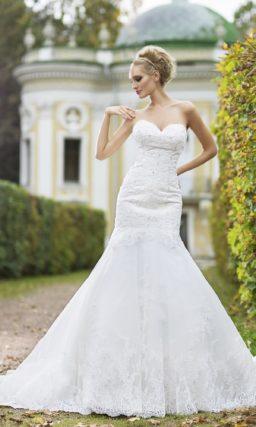 Фактурное свадебное платье «рыбка» с лифом в форме сердечка и пышным низом подола.