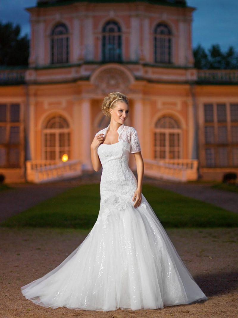 Открытое свадебное платье с многослойной юбкой кроя «русалка» и болеро из плотной ткани.