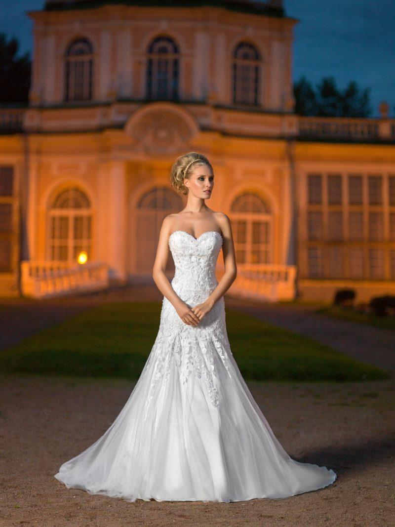 Открытое свадебное платье с фактурным корсетом с лифом в форме сердечка и юбкой «рыбка».