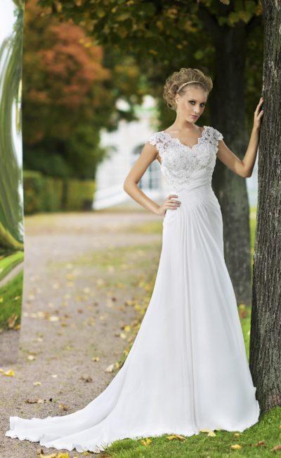 Прямое свадебное платье с элегантным шлейфом и кружевным верхом с V-образным вырезом.