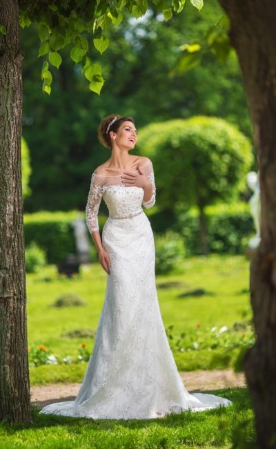 Свадебное платье с широким округлым вырезом и длинными рукавами из тонкой ткани.