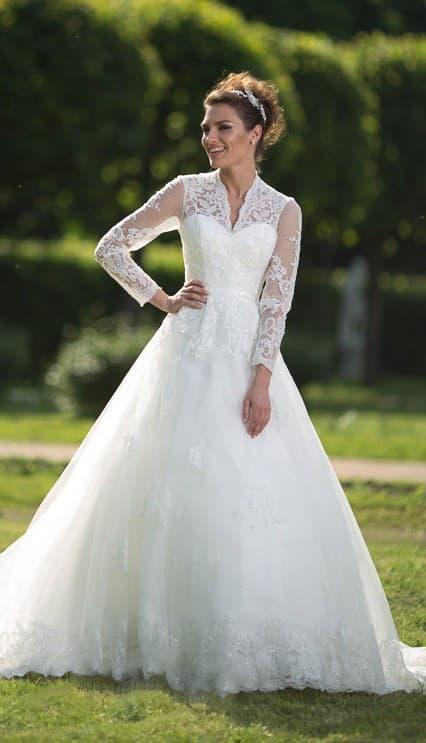 Закрытое свадебное платье «принцесса» с длинным полупрозрачным рукавом и V-образным вырезом.