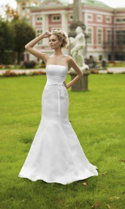 Атласное свадебное платье с открытым лифом, дополненным болеро, и кружевом на талии.