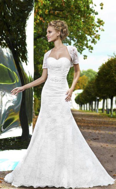 Стильное свадебное платье «русалка» с широким поясом и коротким кружевным болеро.