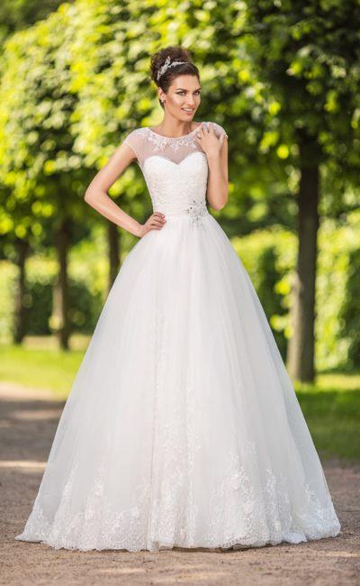 Роскошное свадебное платье с многослойной юбкой и элегантной вставкой над корсетом.