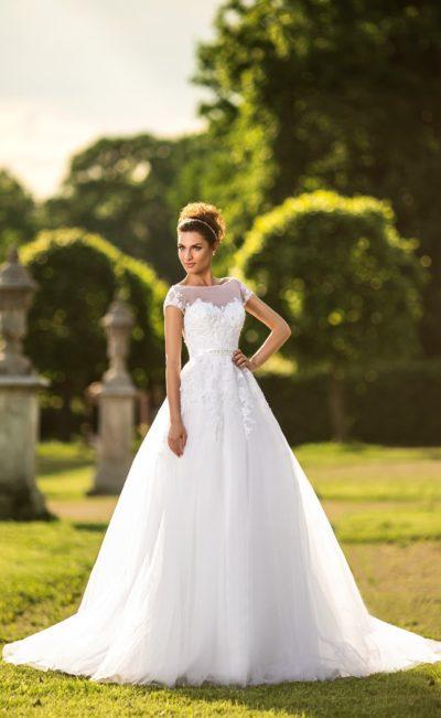 Пышное свадебное платье с закрытым лифом с коротким рукавом и узким поясом на талии.
