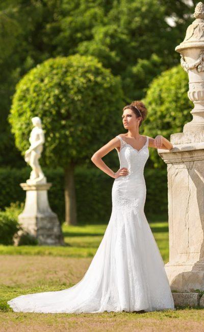 Свадебное платье «рыбка» с женственным V-образным декольте с узкими бретелями.