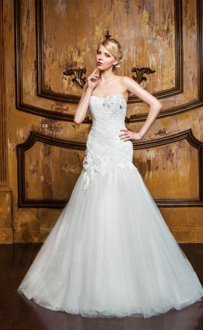 Свадебное платье с женственными драпировками по корсету, дополненными объемными бутонами.