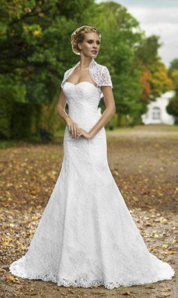 Женственное свадебное платье «рыбка» с кружевным декором по всей длине и коротким болеро.