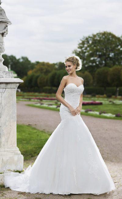 Шикарное свадебное платье с пышной юбкой «рыбка» и открытым лифом в форме сердечка.