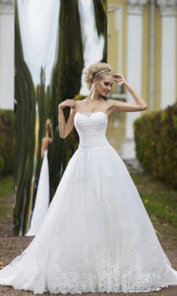 Великолепное свадебное платье с невероятно пышной юбкой, открытым лифом и поясом с бутоном.