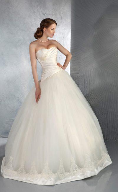 Свадебное платье с открытым корсетом из плотного атласа и романтичной пышной юбкой.