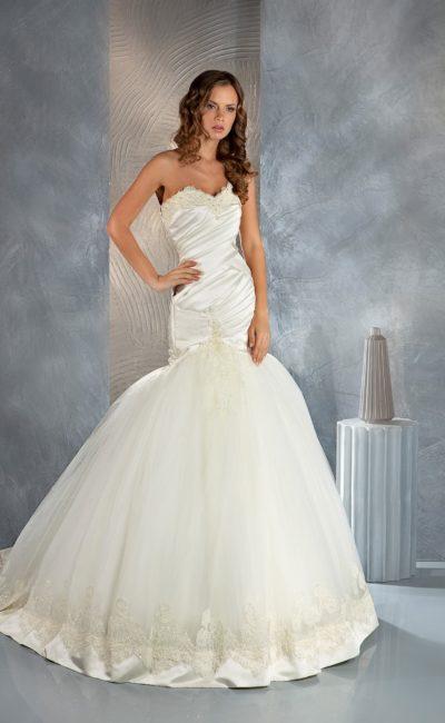 Свадебное платье «рыбка» с выразительной пышной юбкой и стильными драпировками по корсету.