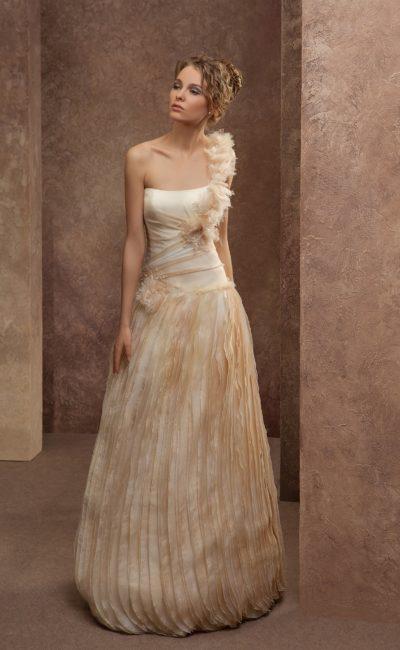 Цветное свадебное платье с открытым лифом и вертикальными складками ткани подола.