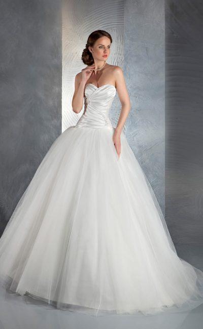 Роскошное свадебное платье с многослойным подолом и открытым корсетом из атласа.