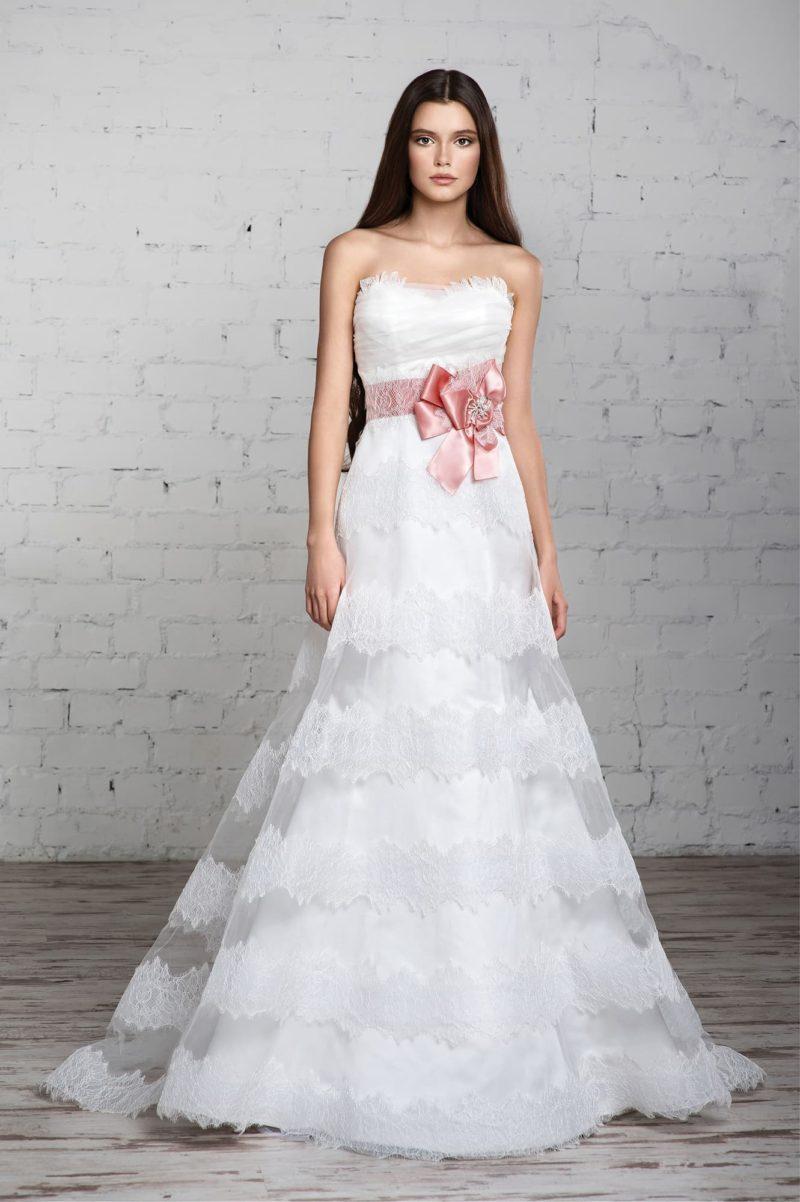 Открытое свадебное платье А-силуэта с изысканным декором многослойной юбки.