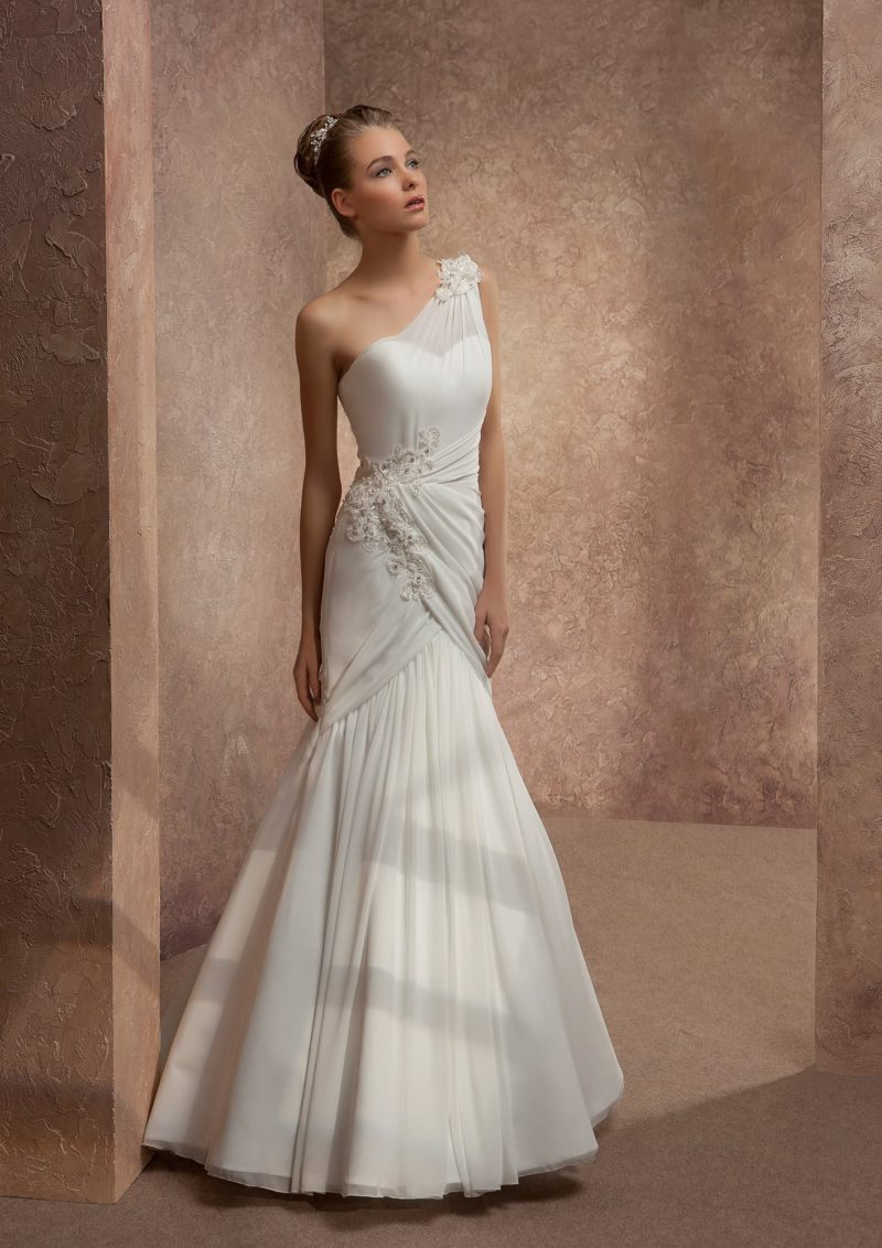 Облегающее свадебное платье с асимметричным лифом и вышивкой сбоку на корсете.