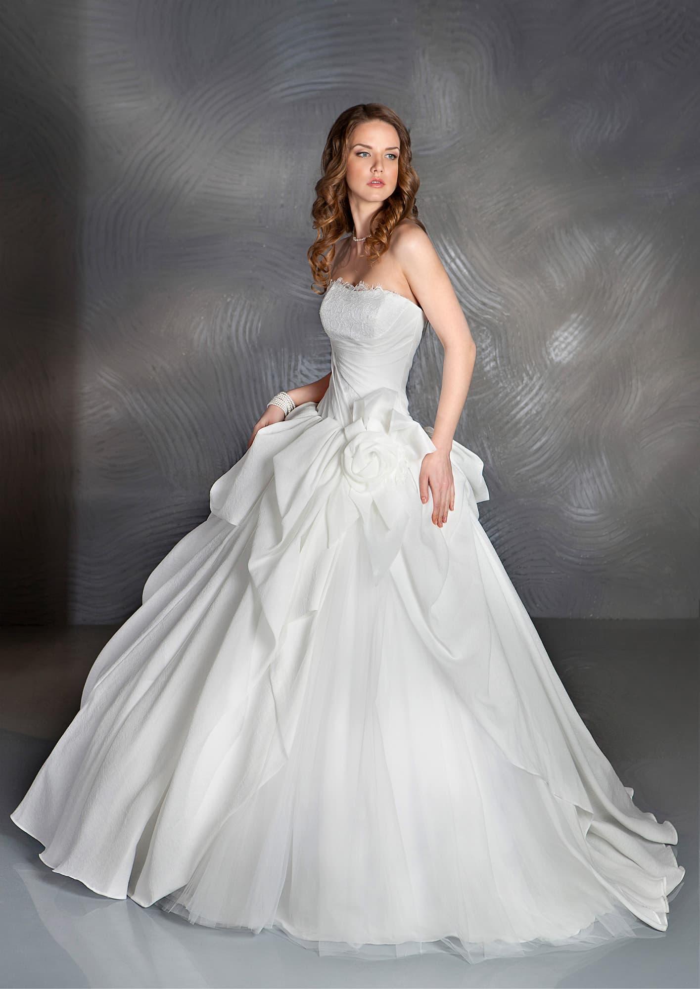 9c8154950fd3a49 Свадебное платье пышного кроя с объемным бутоном на талии и открытым  корсетом с драпировками.