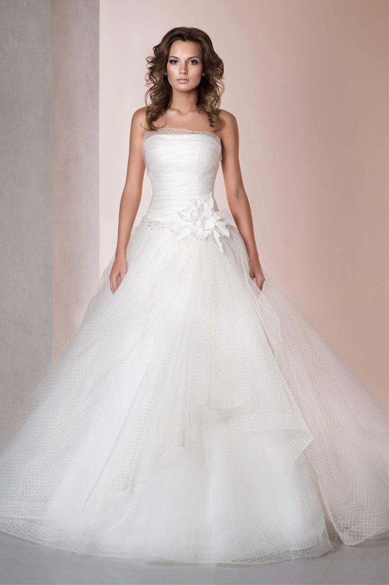 Пышное свадебное платье из фактурной ткани в мелкий горошек с открытым лифом прямого кроя.