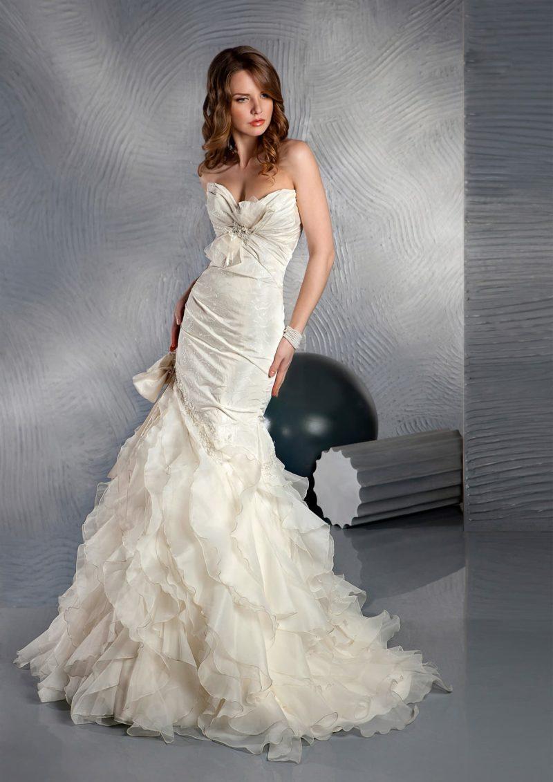 Открытое свадебное платье с элегантным вырезом и объемной отделкой фактурного корсета.