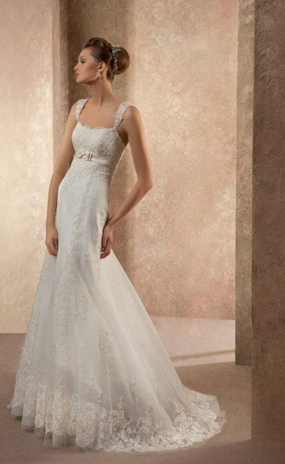 Элегантное свадебное платье со слегка завышенной линией талии и широкими бретелями.