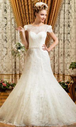 Стильное свадебное платье «рыбка» с отделкой тонким кружевом и элегантным поясом на талии.