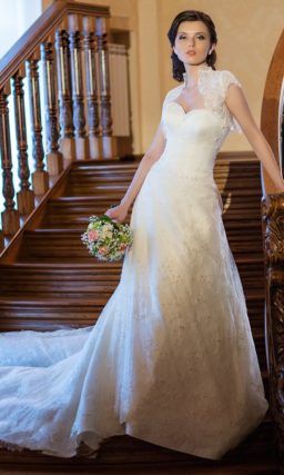 Свадебное платье «принцесса» с блестящей бисерной вышивкой по всей длине и роскошным шлейфом сзади.