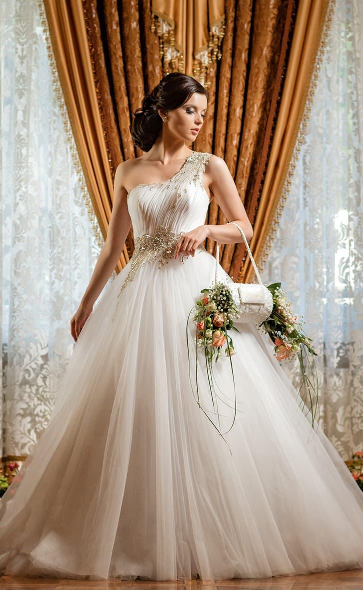 Свадебное платье с асимметричным кроем верха и шикарной золотистой отделкой.