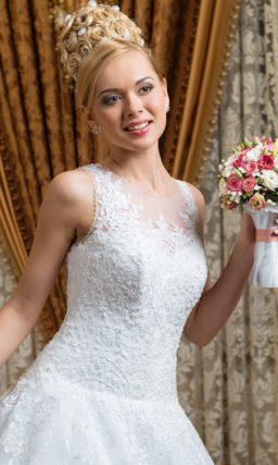 Свадебное платье с закрытым лифом, украшенным кружевом, и пышной юбкой.
