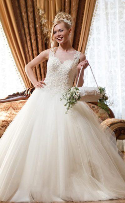 Романтичное свадебное платье с верхом, расшитым бисером, и тонкими вставками над лифом.
