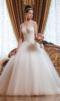 Свадебное платье пышного кроя с полупрозрачным декором верха и кружевной вышивкой.