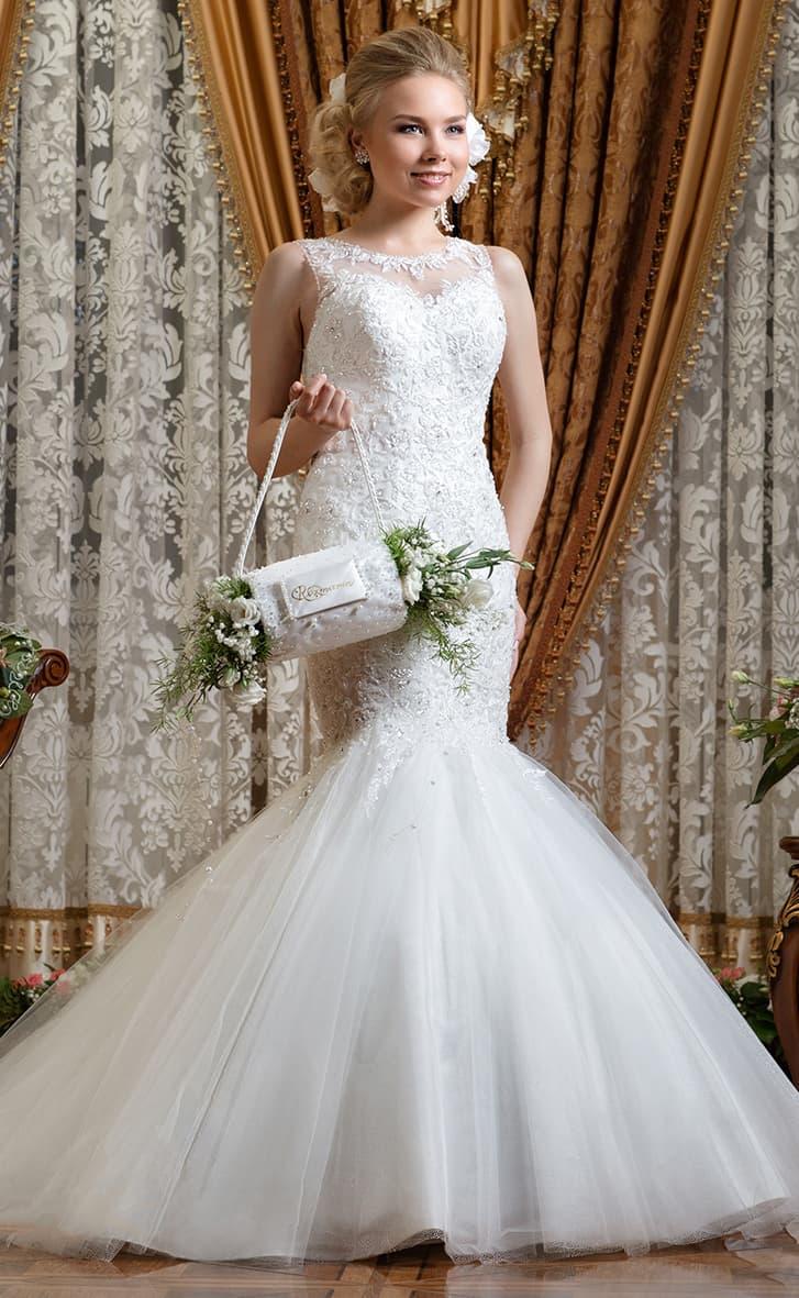 Потрясающее свадебное платье с юбкой «рыбка» и рядом пуговиц по спинке.
