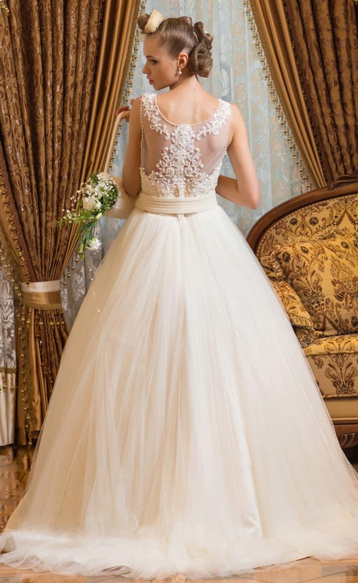 Закрытое свадебное платье с пышной юбкой и кружевным декором верха с полупрозрачными вставками.