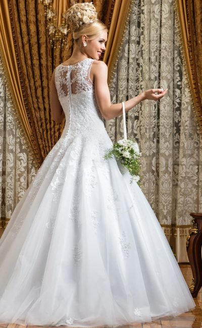 Свадебное платье с закрытым верхом, кружевной отделкой и пышным низом.