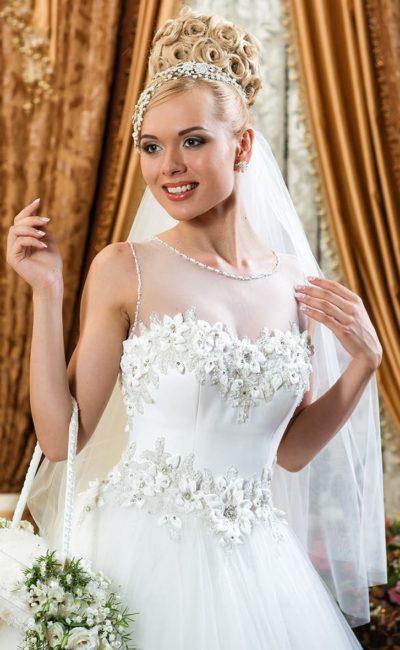 Закрытое свадебное платье с цветочной отделкой корсета и деликатной юбкой.