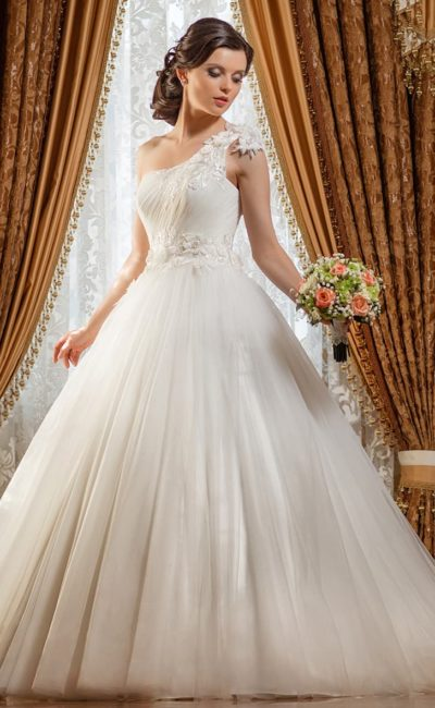 Свадебное платье с асимметричным верхом и глянцевой подкладкой пышной юбки.