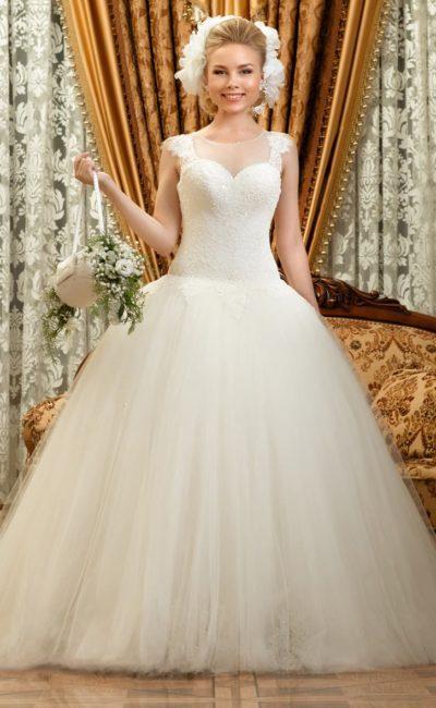 Свадебное платье пышного кроя с кружевными бретелями на лифе и изящным декором спинки.