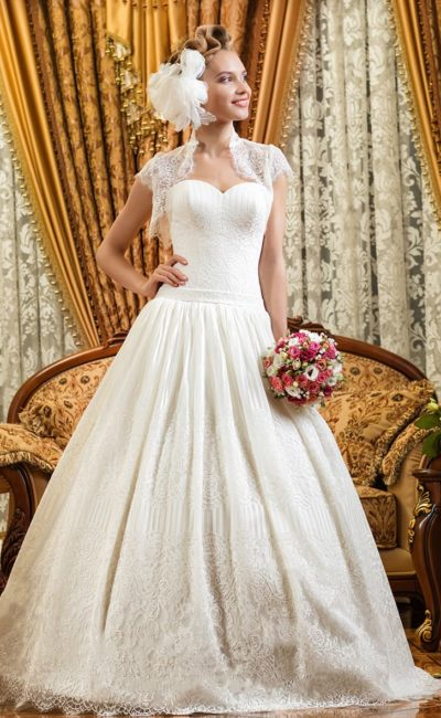 Свадебное платье с коротким кружевным болеро и выразительным пышным силуэтом.
