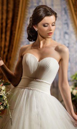 Открытое свадебное платье с драпировками по лифу и широким поясом на естественной талии.